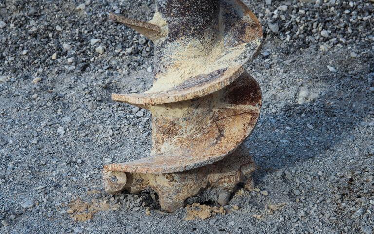 Bohrer auf steinigem Untergrund